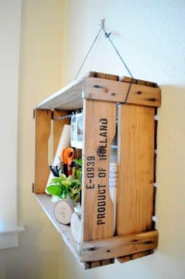 repisas con cajas de madera sencillas