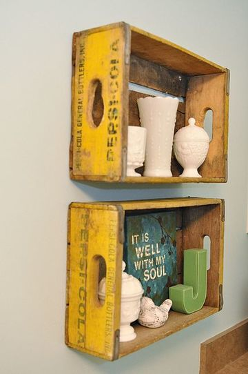 repisas con cajas de madera vintage
