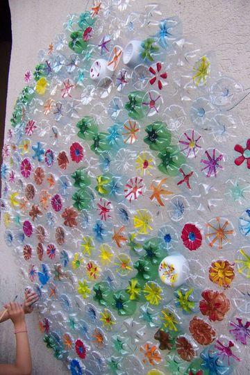 trabajos con botellas de plastico para decorar paredes