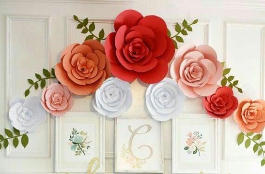 adornos con flores de papel gigantes