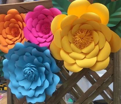 flores hechas de papel gigantes