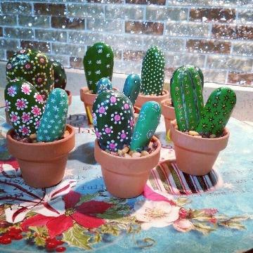 imaganes de piedras pintadas de cactus