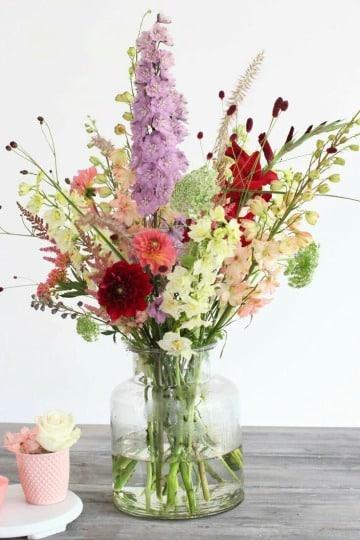 decoracion con arreglos florales en jarrones de vidrio