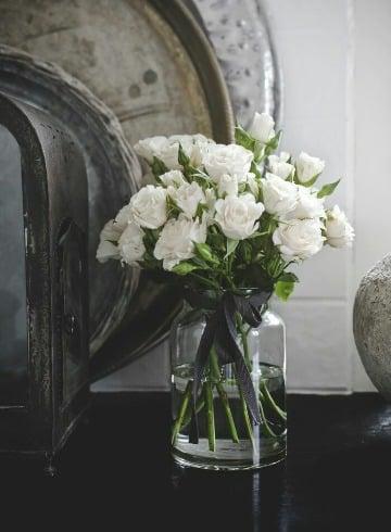 elegantes arreglos florales en jarrones de vidrio