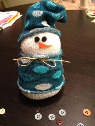hacer muñeco de nieve con calcetines reciclados