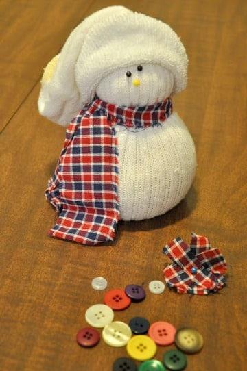 hacer muñeco de nieve con calcetines sencillo