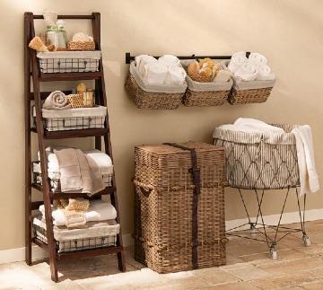decoracion con canastos de mimbre para baño