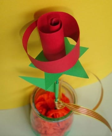 como hacer una rosa de cartulina con niños