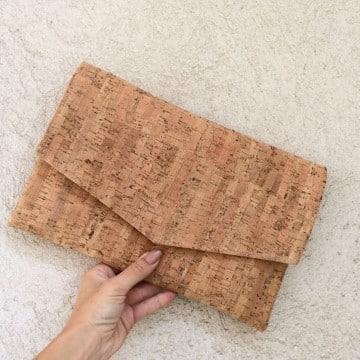 manualidades con laminas de corcho cartera de mano