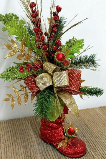 botas navideñas con botellas y flores