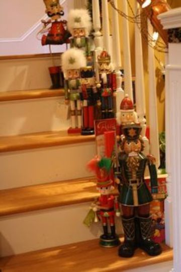 escaleras navideñas con muñecos de cascanueces