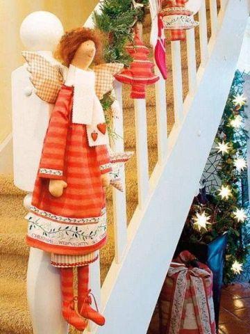 escaleras navideñas con muñecos grandes