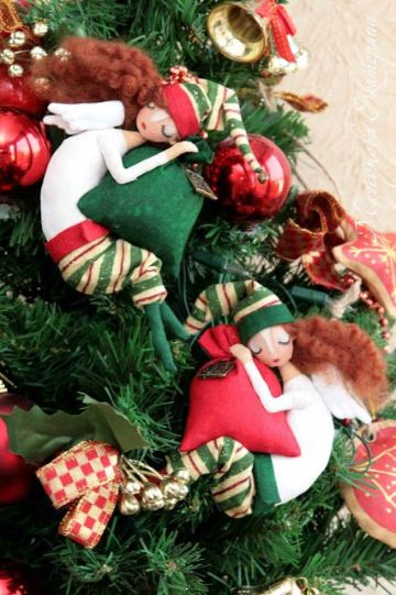escalera navideñas con muñecos y guirnaldas
