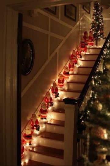 escaleras navideñas con muñecos y luces