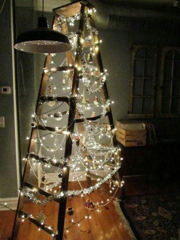 escaleras navideñas de madera con luces