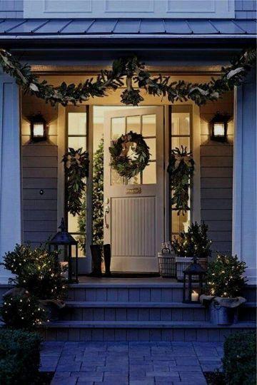 puertas forradas de navidad con coronas navideñas