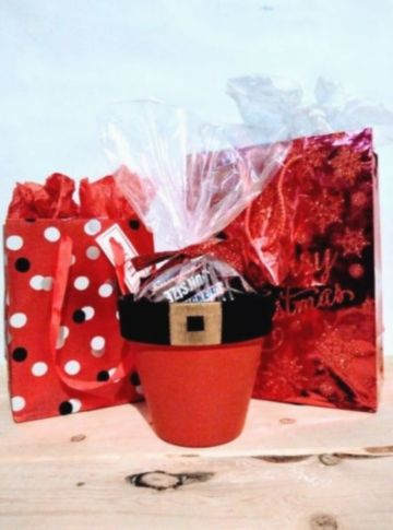 tazas navideñas con dulces pequeñas
