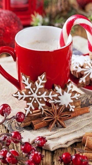 tazas navideñas con dulces y cafe