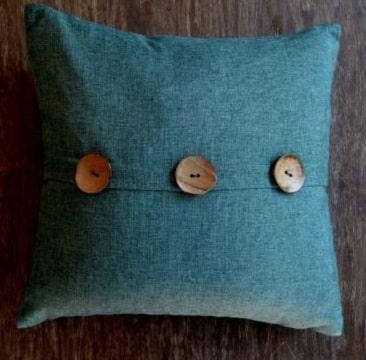 cojines decorados con botones de madera