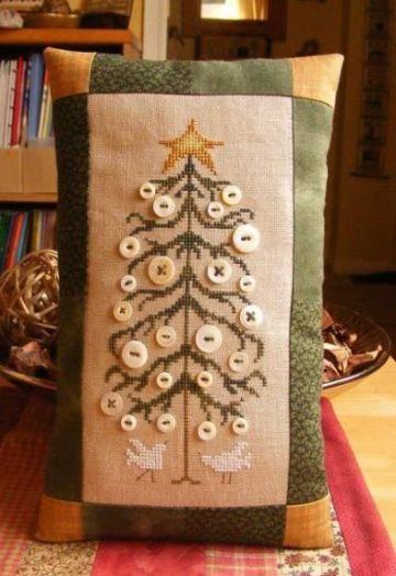 cojines decorados con botones y bordados