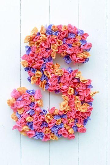 letras hechas con flores pequeñas