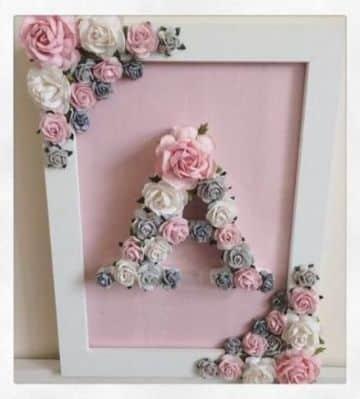 letras hechas con flores y hojas