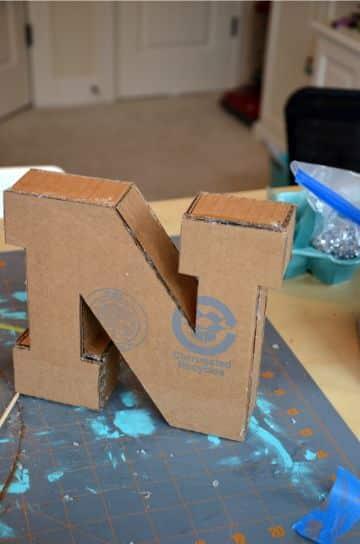 letras hechas de carton reciclado