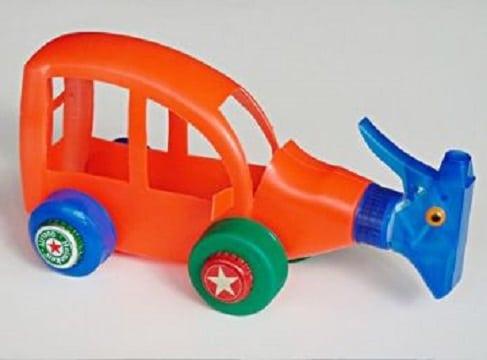 autos hechos con botellas con rociadores