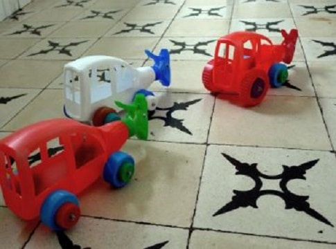 autos hechos con botellas de limpieza