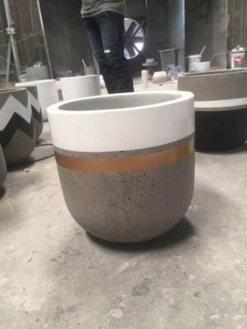 macetas de cemento pintadas con dorado y blanco