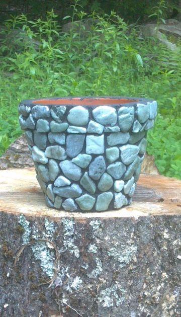 macetas decoradas con piedras grandes
