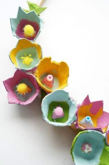 manualidades de flores de carton de huevo reciclado