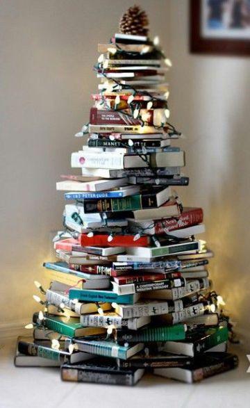 arbol de navidad con libros viejos