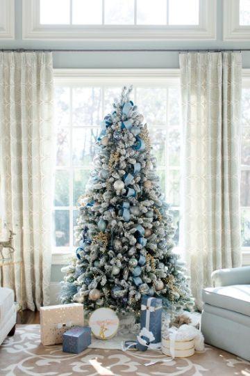 arbol de navidad azul y plata en casa