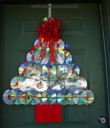 arbol de navidad con cd usados para la puerta