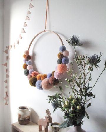 decoracion con pompones de lana para el cuarto