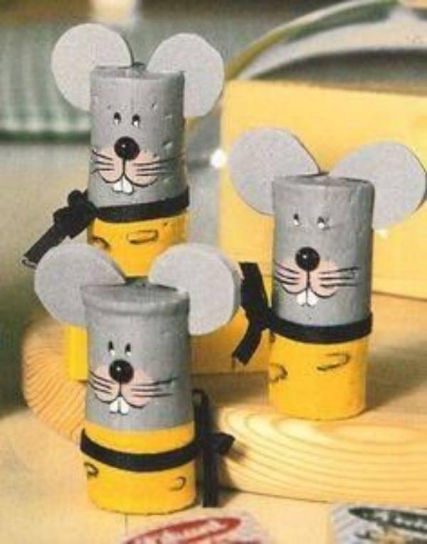 raton con tubo de papel higienico gris